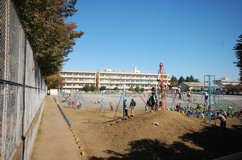 東町小学校まで、約858m