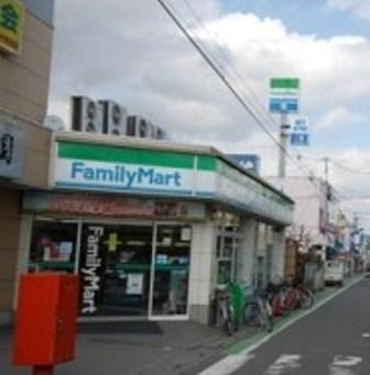 ファミリーマート入曽駅前店まで、約527m