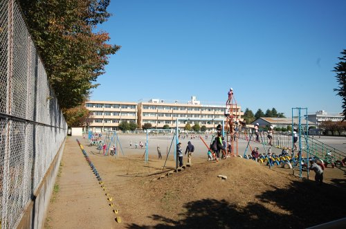 東町小学校まで、約848m