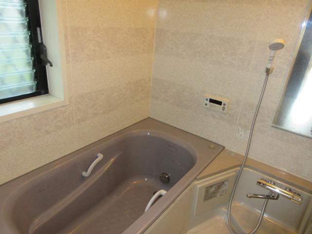 【浴室】 窓があるため換気扇だけでは防げないカビの繁殖を抑えることが出来ます。1日の疲れを癒してくれるバスタブは足をのばしてゆったりおくつろぎいただけます。  室内(2021年9月)撮影