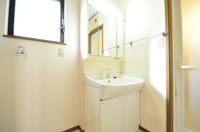 【洗面室】 シンプルで清潔感のあるホワイトカラーでまとめました。三面鏡にもなる鏡はヘアセットする際にも便利です。 室内(2021年9月)撮影