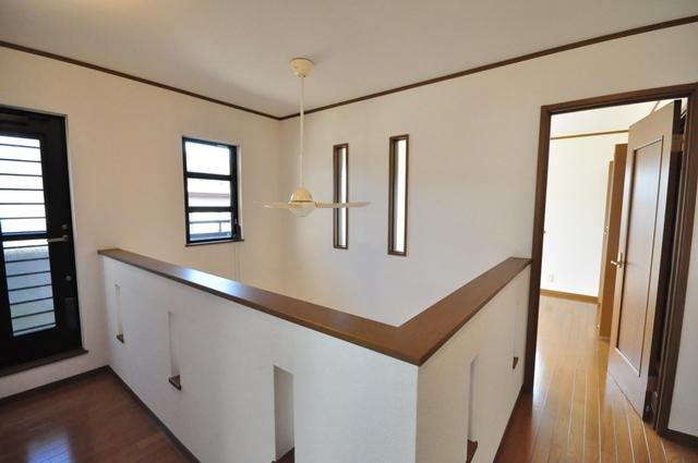 【廊下と洋室をつなぐバルコニー】 2階廊下の扉から出入り可能なバルコニー。洗濯物はもちろん、お布団が干しやすく、2カ所から出入りができるのでとても便利です。 室内(2021年9月)撮影