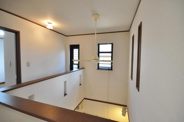 【廊下】 小窓から日中には柔らかな光が差し込み、温かく陽気な気分にさせてくれます。 室内(2021年9月)撮影