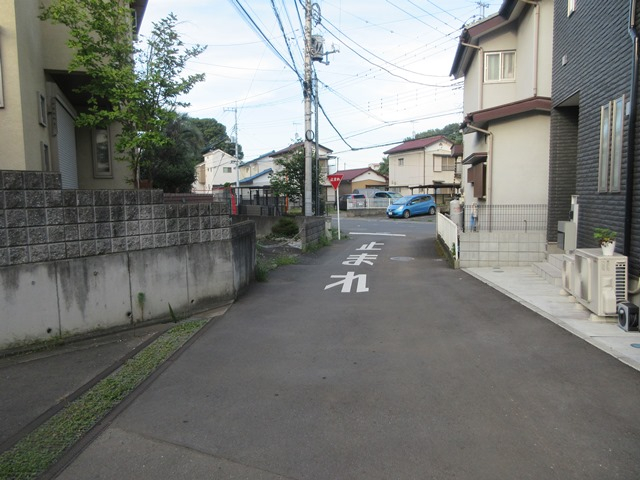 【前面道路含む現地】 前面道路は南西側幅員約4.5m私道に、間口約9.86mで接道しております。 現地(2021年9月)撮影