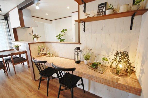 おうちカフェタイプのキッチンにあるデスクコーナ施工例 奥様専用のスペースでは、パソコンをしたり、お料理のレシピを見たりと嬉しいスペースですね。