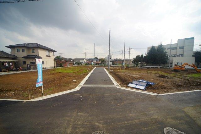 分譲地内の道路は開発道路のため、住人しか通行せずお子様を遊ばせることも出来そうです。世代の近いファミリーが多い開発分譲地では、同じ学校に通うお友達も出来そうですね。 現地(2019年10月)撮影