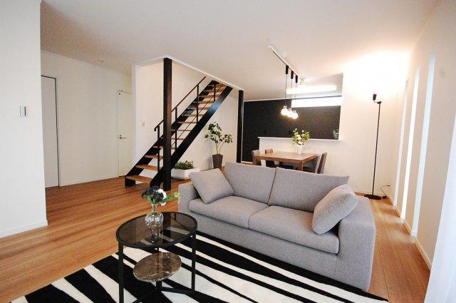 《おうちカフェ施工例》 南欧風の雰囲気を演出するアーチ型の開口部。お部屋の曲線は、インテリアのアクセントになり、目隠しやゾーニングの効果もあります。 『当社施工例:1400万円(外構・税込)/28坪』