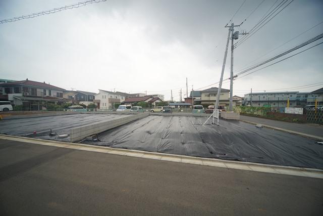 【前面道路含む現地土地】 第一種低層住居専用地域内に立地しており、周囲は比較的落ち着いた住環境です。