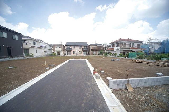 全区画40坪超と、ゆとりある敷地です。前面道路は、住民しか通行しないため、防犯対策にもなり、駐車が苦手な方でも落ち着いてとめられます。家の前で子供を安心して遊ばせられますね