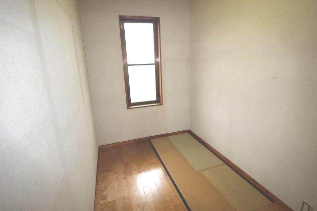 約3.3帖の納戸には畳敷きのスペースがあります