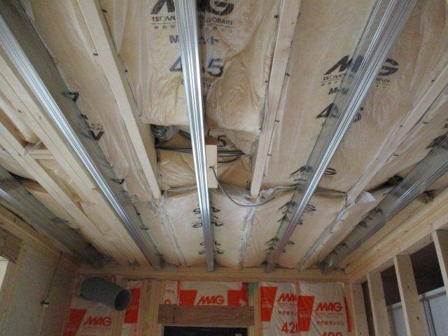 1階天井ボードの下地材を軽量鉄骨(一般的には木材が多い)で施工することで、家の剛性がUPするつくりとなっております。