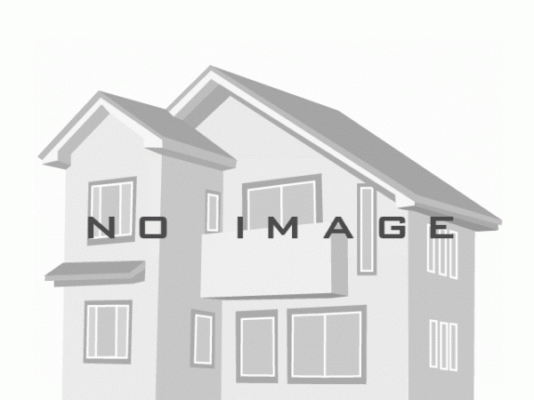 現地南側から撮った写真です。現在古家があります。南側約4.5メートル公道に間口約5.95メートル接道。建築条件なしの整形地で陽当たり良好。光あふれる明るい家の建築が可能です。