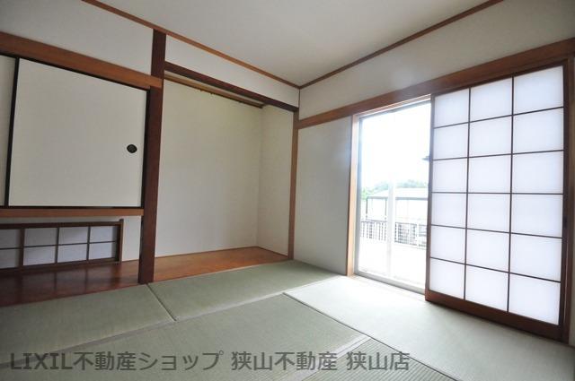 【1階和室/約6.0帖】 床の間と押入れが設置されており、和やかな時間が流れます。掃き出し窓からの日差しが気持ち良いですね♪ 室内(2021年6月)撮影