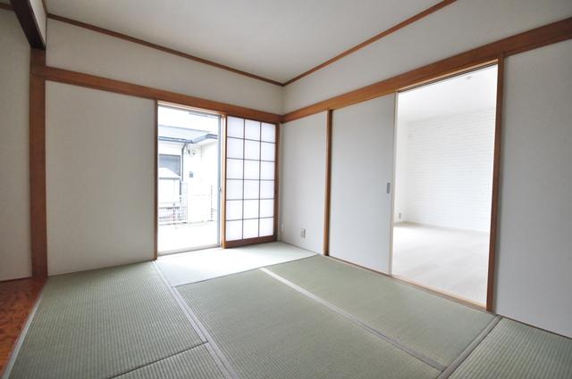 【1階和室/約6.0帖】 1階和室は玄関側・リビング側から入室可能な、2WAY動線を確保しております♪客間としての利用も◎です。 室内(2021年6月)撮影