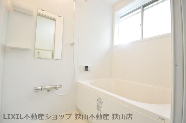 【浴室】 窓が設けられた浴室です。夜遅くに帰宅した家族にも、温かいお風呂を用意してお迎えいただけます♪ 室内(2021年6月)撮影
