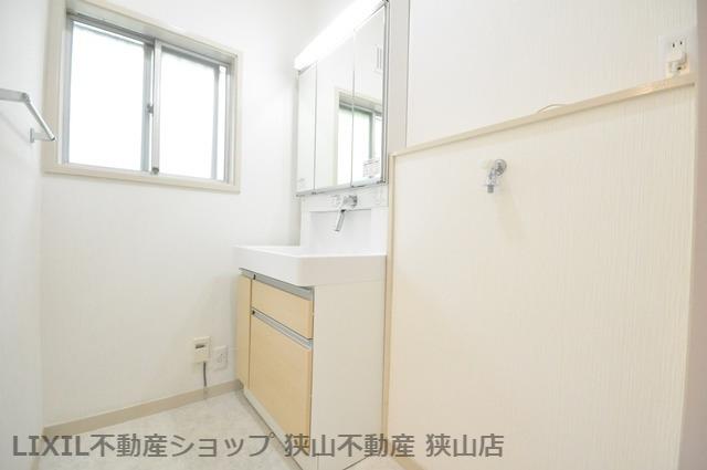 【洗面室】 シャワー付き洗面化粧台や、タオルハンガーが設置された洗面室です。洗面台横に洗濯機が設置可能です。 室内(2021年6月)撮影