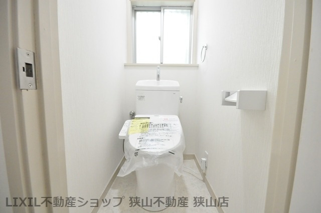 【温水洗浄便座付きトイレ】 窓を設けたトイレです。気になるカビや湿気も、窓を開放することで対策していただけます♪ 室内(2021年6月)撮影
