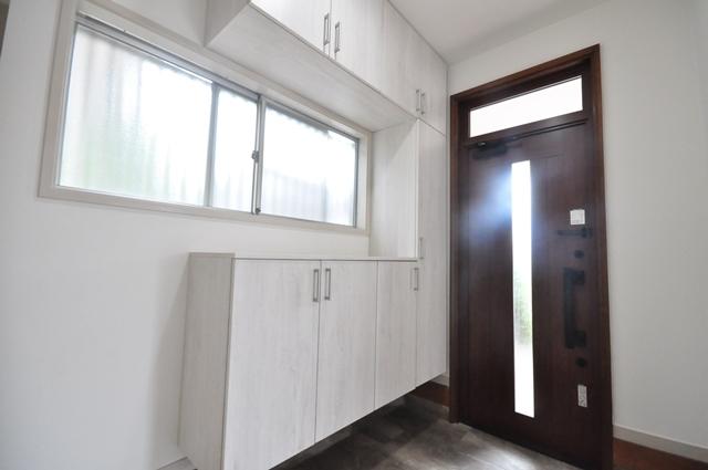 【明るい玄関】 収納力のある、コの字型シューズボックスが設置された玄関です。窓やドアから差し込む陽光で、ゆったり明るい空間です♪ 現地(2021年6月)撮影