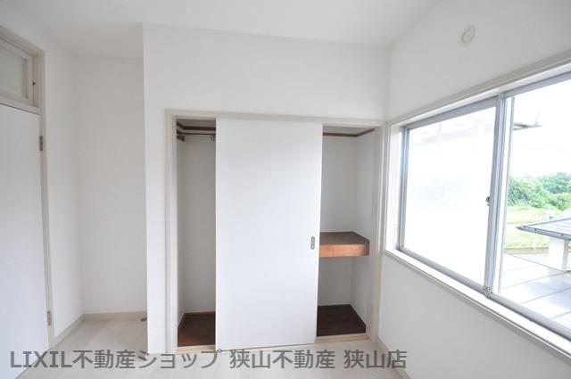 【2階洋室/約5.5帖】 引き戸のクローゼットが採用された洋室です。ポールや棚が設置されており、長物やバッグなどの小物の収納もしていただけます。 室内(2021年6月)撮影