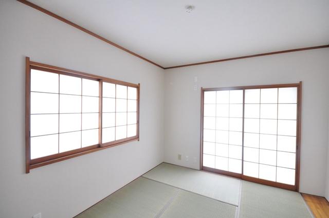 【2階和室/約6.0帖】 2階和室は、2面採光を確保した約6.0帖の空間です。室内に柔らかい陽光が差し込みます。 室内(2021年6月)撮影