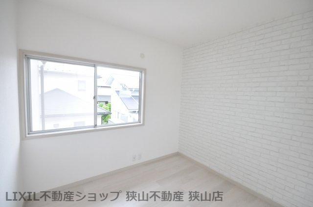 【2階洋室/約5.5帖】 2021年5月にリフォームが完了し、綺麗になった洋室です。シンプルなデザインで、インテリアも映えそうですね。 室内(2021年6月)撮影