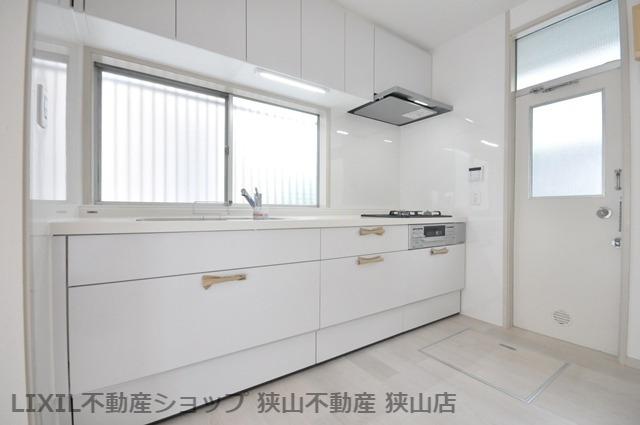 【キッチン】 ゆったりスペースを確保したキッチンはリフォームにより交換済♪勝手口からゴミを一時的に出せるのも、嬉しいポイントです♪ 室内(2021年6月)撮影