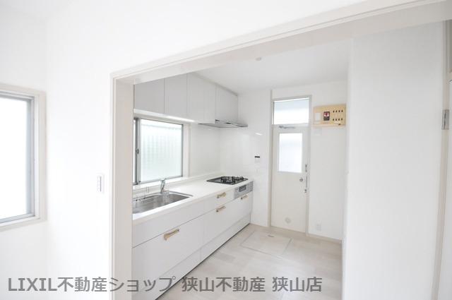 【キッチン】 壁付けキッチンを採用しており、窓からの柔らかい陽光に包まれた空間でお料理を楽しんでいただけます♪ 室内(2021年6月)撮影