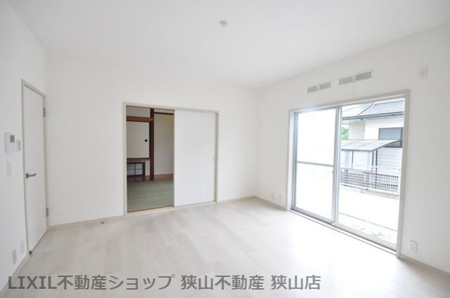 【LDK/約16.5帖】 LDKは和室と隣接しており、開放してご利用も可能です。お子様が和室でお昼寝している時も、リビングでゆったり過ごせそうです♪ 室内(2021年6月)撮影