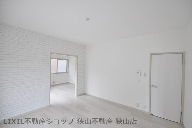 【LDK/約16.5帖】 南側に掃き出し窓を設けたLDKです。ゾーニングされた空間で、ご家族が気持ちを切り替えてお過ごしいただけそうです。 室内(2021年6月)撮影